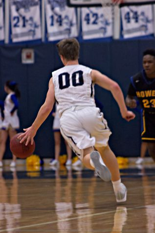 Boys basketball loses lead against Howell